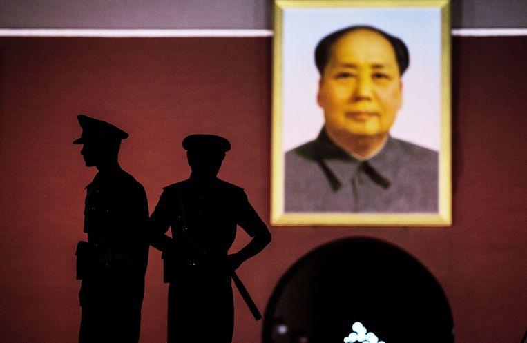 Militairen voor het portret van Mao Zedong op het Plein van de Hemelse Vrede in Beijing Beeld getty