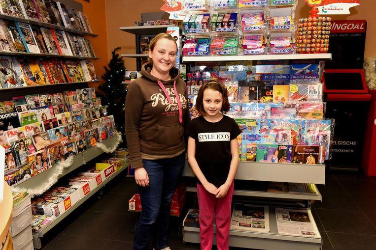 Melissa met dochter Lana in haar nieuwe krantenwinkel.