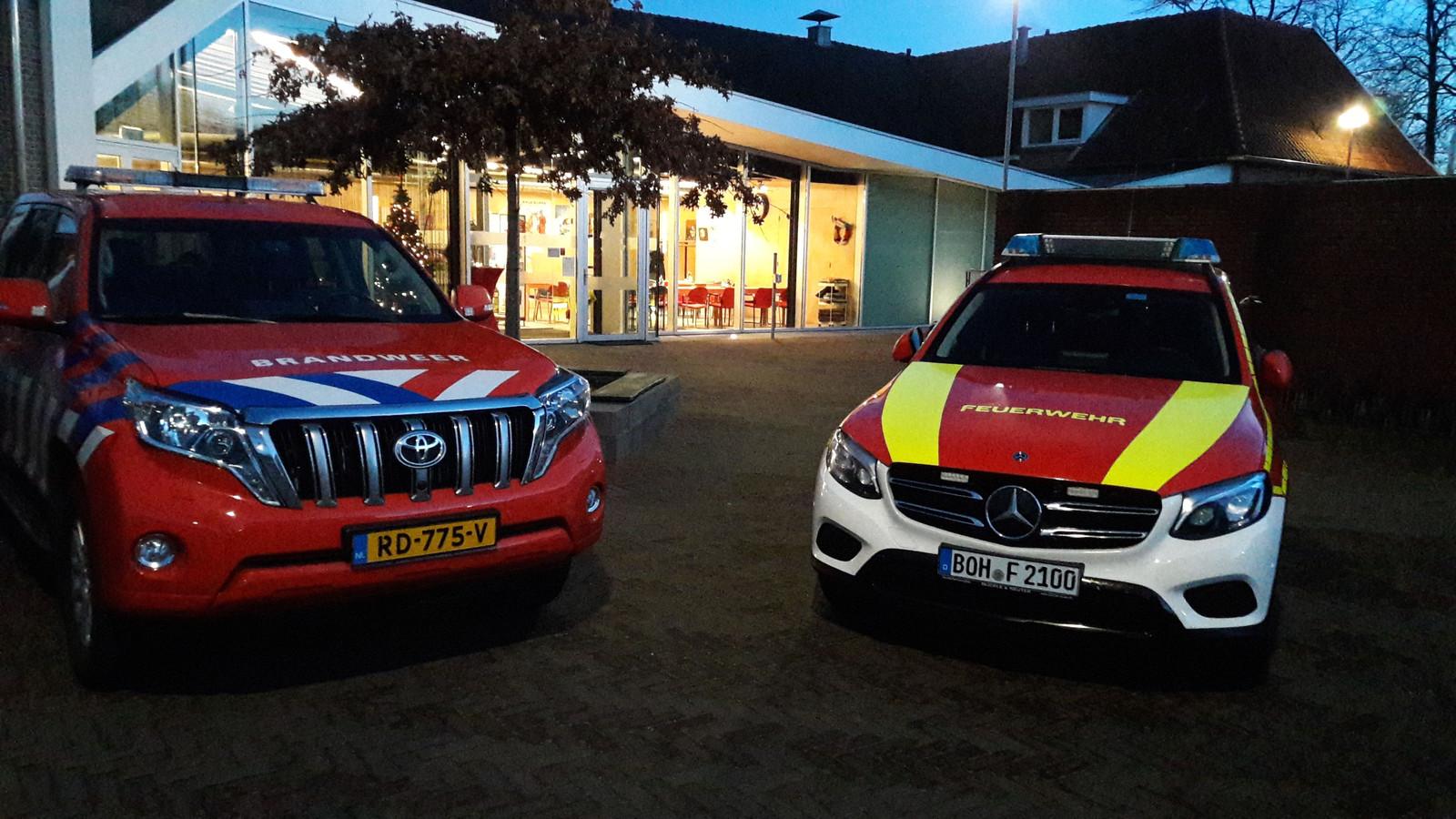 Wagens van de Nederlandse (links) en Duitse brandweer in Dinxperlo.