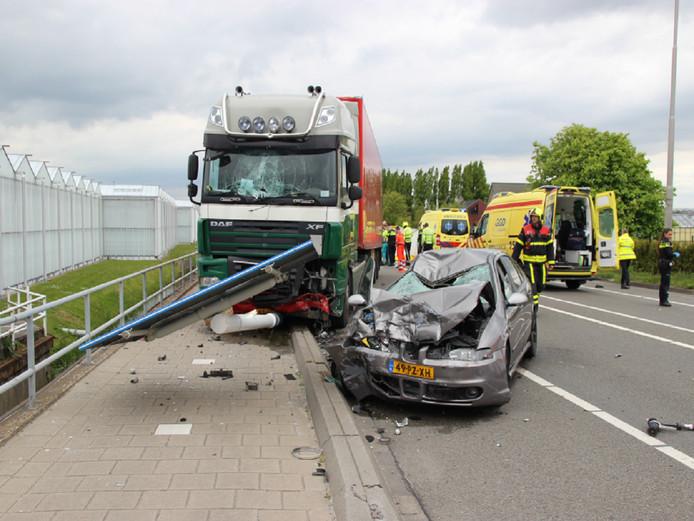 Bij het ongeval op de Nieuweweg zijn een fietser, een auto en een vrachtwagen betrokken.