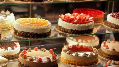 Warenhuis bant vrouw die helft taart opeet in winkel en daarna volledige prijs weigert te betalen