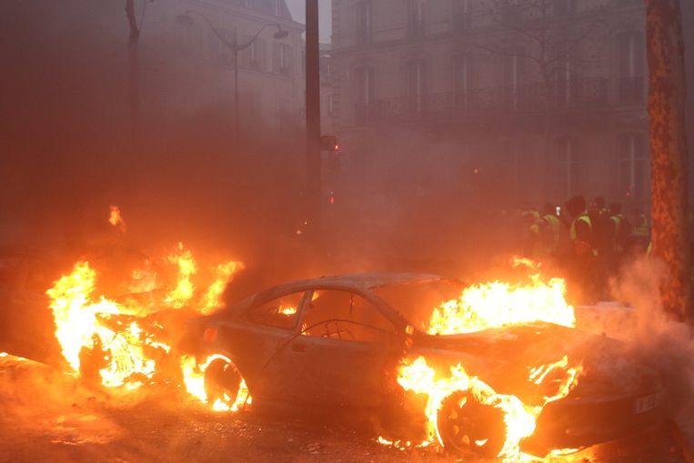 Een auto staat in brand tijdens protesten in Parijs afgelopen weekend.