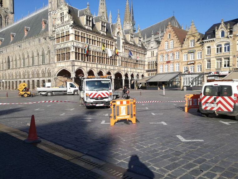 Op de Grote Markt worden de kapotte straatstenen hersteld