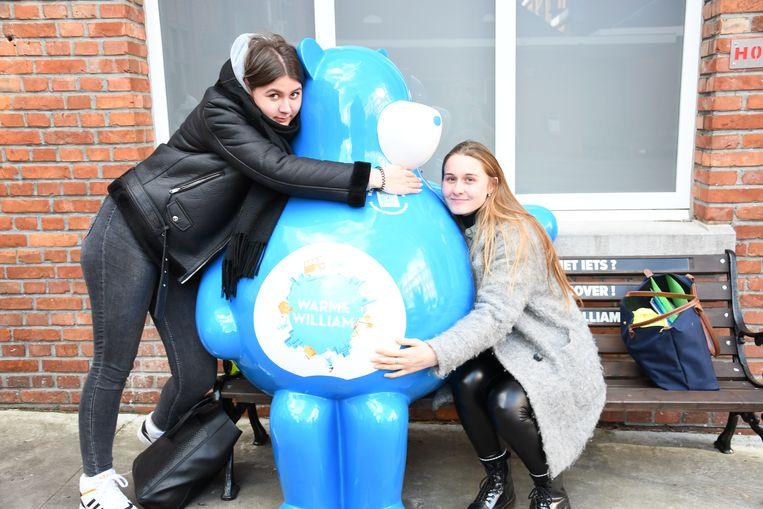 Monika Milkowska en Emeline Dierick, twee leerlingen van Leiepoort campus Sint-Vincentius met Warme William.