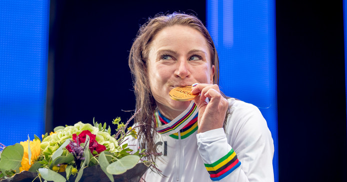 Annemiek van Vleuten kust het goud voor haar wereldtitel  op de individuele tijdrit.