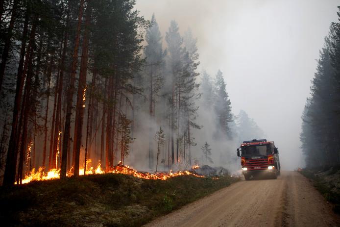 Een Zweedse brandweerwagen bestrijdt een bosbrand bij Karbole in de gemeente Ljusdal in Midden-Zweden .