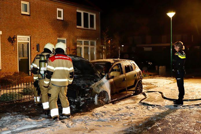 De brandweer heeft een autobrand aan de Sebastianusweg in Vianen geblust.