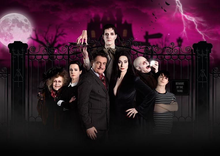 De cast van de Nederlandse versie van musical The Addams Family, met centraal Johnny Kraaijkamp en Pia Douwes Beeld Margot de Heide
