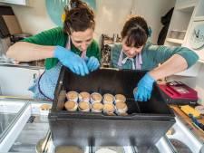 FLoor en Marilyn trakteren bewoners en personeel Kalorama op ijsjes