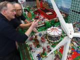 Zestigers Evert en André bouwen rampenstad met 250.000 legosteentjes: 'Alles draait, rijdt en knippert'