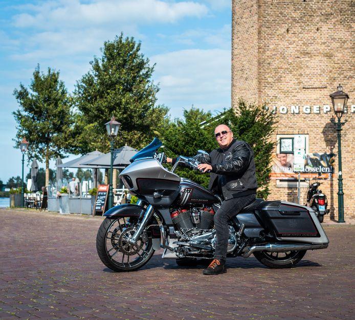 """Ad Roks (56) op zijn Harley Davidson Road Glide CVO. ,,Echt een motor om meters mee te maken."""""""