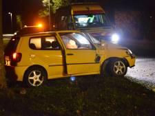 Auto raakt van de weg en botst tegen boom in buitengebied Breda