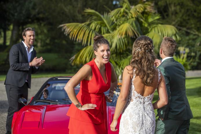 Marieke Elsinga in een onderonsje met het bruidspaar uit hun radiohuwelijksactie.