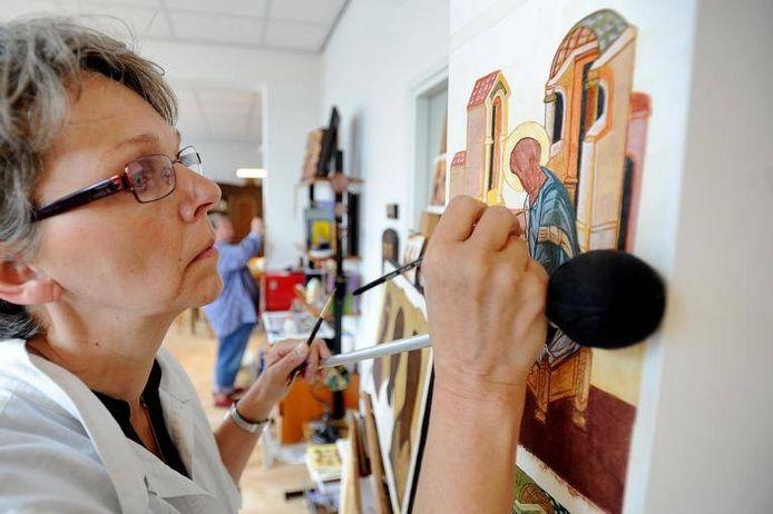 Cursist aan het werk in het Iconenatelier van Moergestel.\n