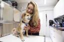 Karen Soeters van House of Animals met het gehandicapte hondje Jukka uit Hongarije. House of Animals strijdt tegen de illegale import van puppy's uit Oost-Europa.