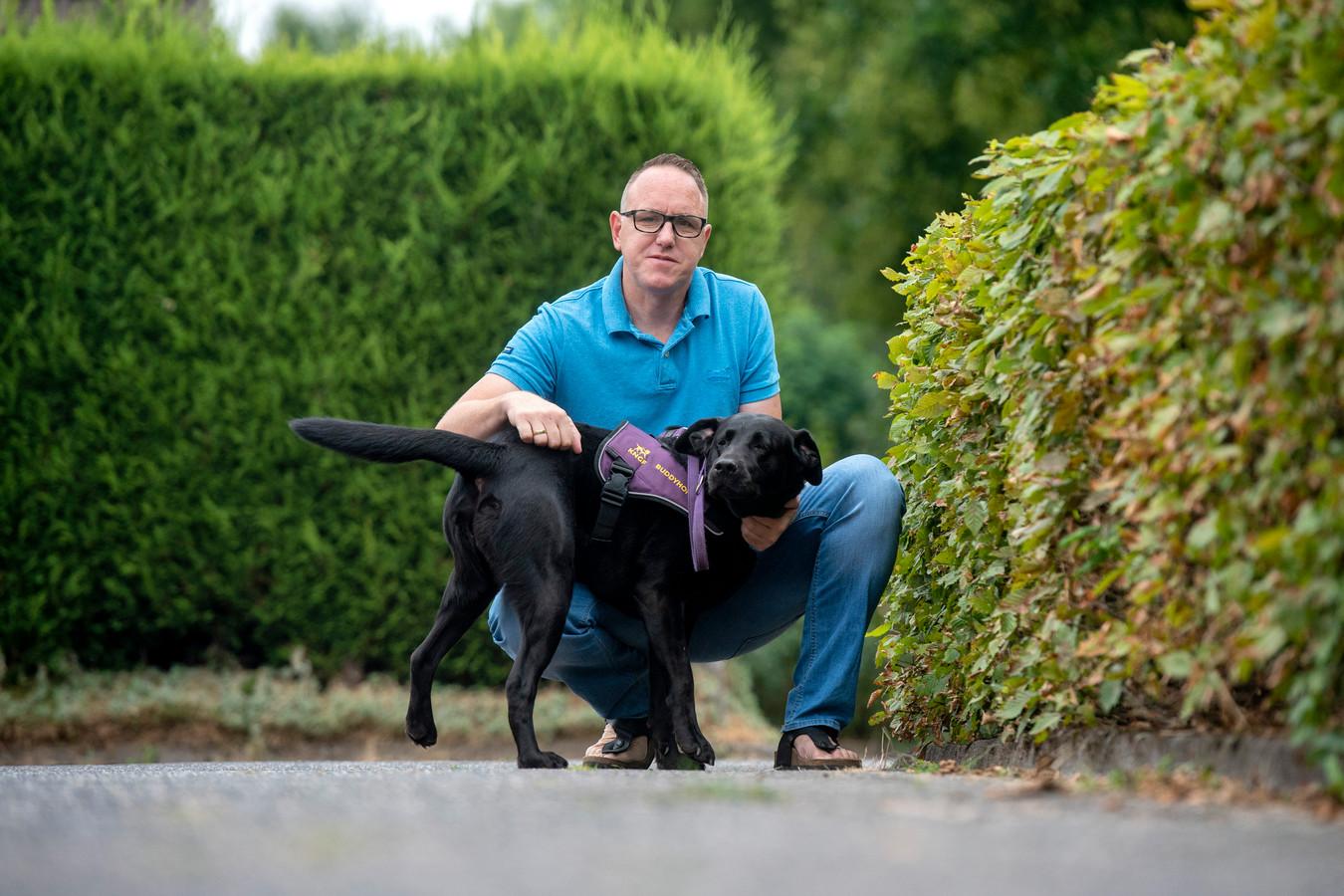 Voetbaltrainer Robert van der Holst van EMM Randwijk met hond Runo.