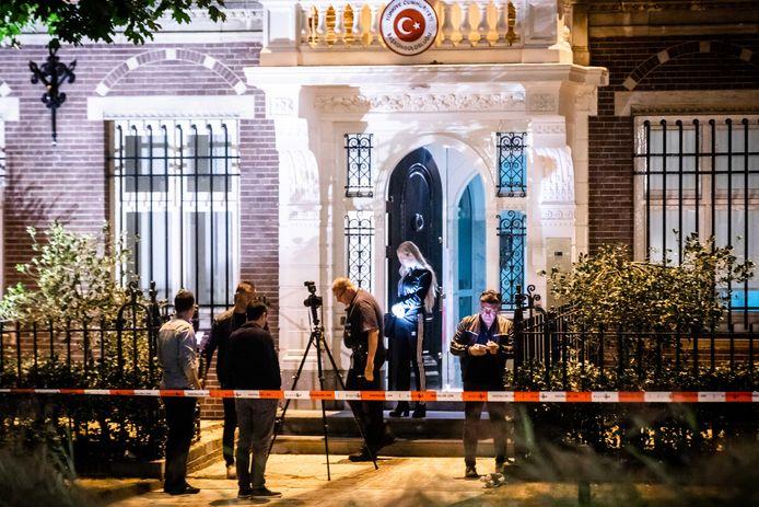 De politie deed gisteravond onderzoek voor het Turkse consulaat bij het Museumplein. Een man gooide een brandend projectiel naar het consulaat. De politie hield later een verdachte aan na het lossen van een waarschuwingsschot.