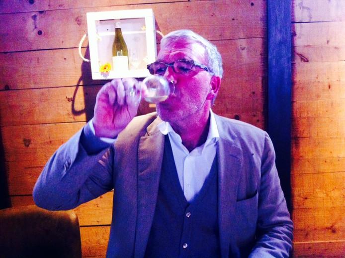 Wijnschrijver Harold Hamersma proeft blind.