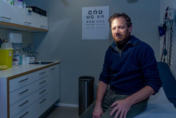 Huisarts Jan Vingerhoets maakt zich grote zorgen over de maatschappelijk druk op iedereen om zich te laten vaccineren tegen corona.
