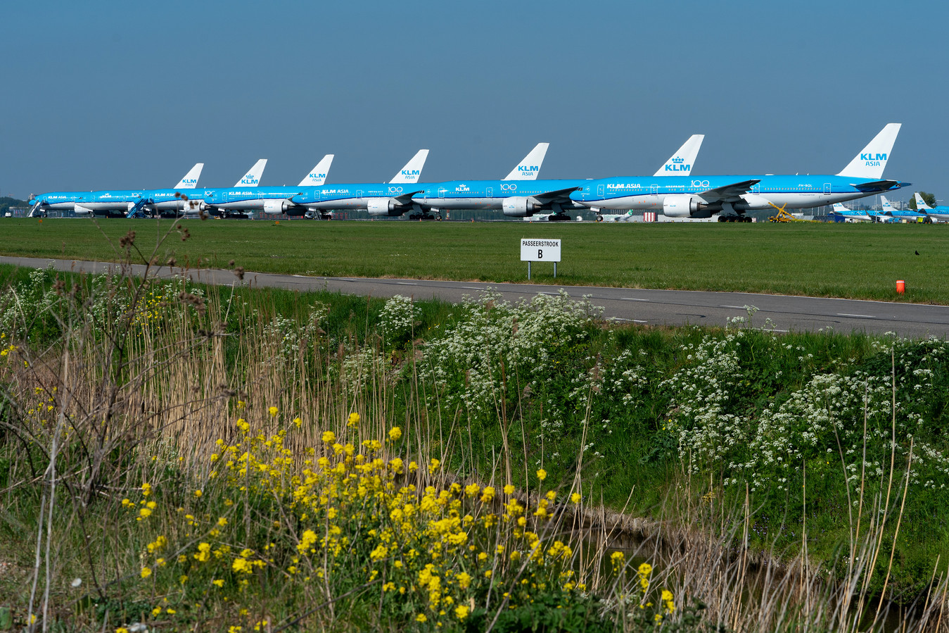 KLM toestellen staan geparkeerd op de landingsbaan.