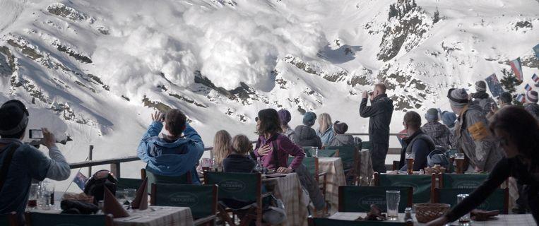 Vakantiegangers zien een lawine op zich afkomen in 'Turist', een film van Ruben Östlund. Beeld Lumiere