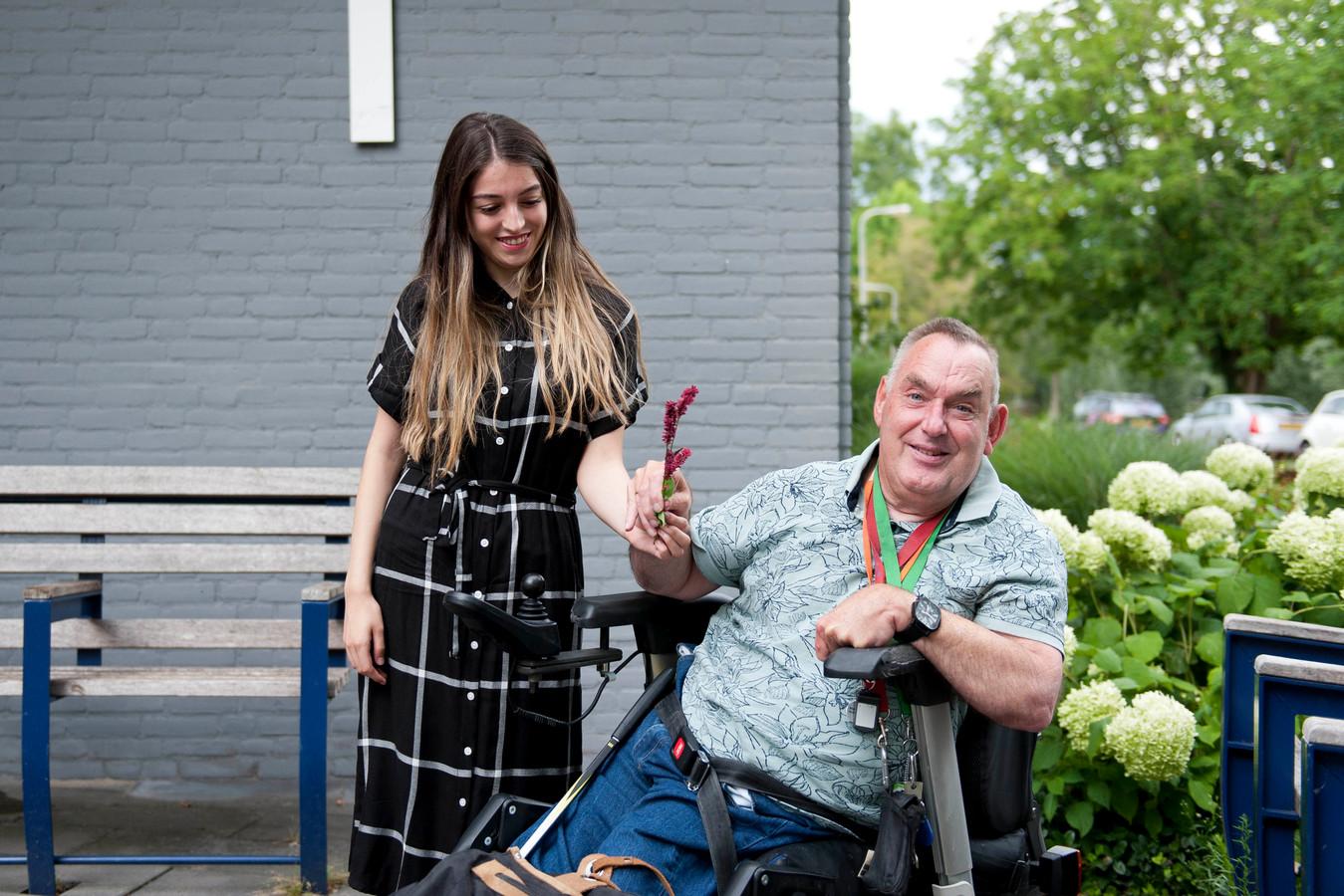 """Bewoner Rein Kers (62) van Humanitas is heel blij met mensen als Eda Nur. ,,Af en toe een wandelingetje maken met haar is fijn."""""""