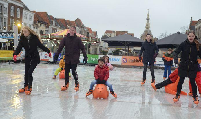 Ondanks de regen trok de ijsbaan in Zierikzee ook vrijdag aardig wat bezoekers.