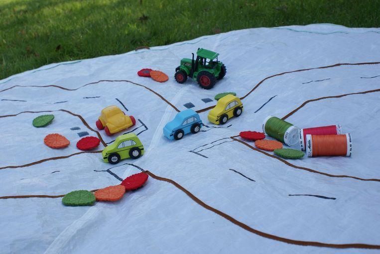 Een gedumpte tent is nu een speelmat voor kinderen.