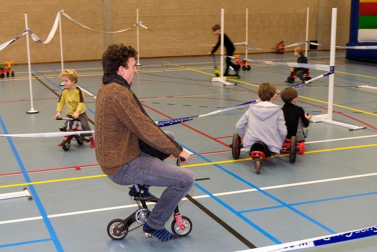 Rondrijden op gekke fietsjes enkel iets voor kinderen? Niks van. Ook de circusspelletjes vielen overigens in de smaak (r.)