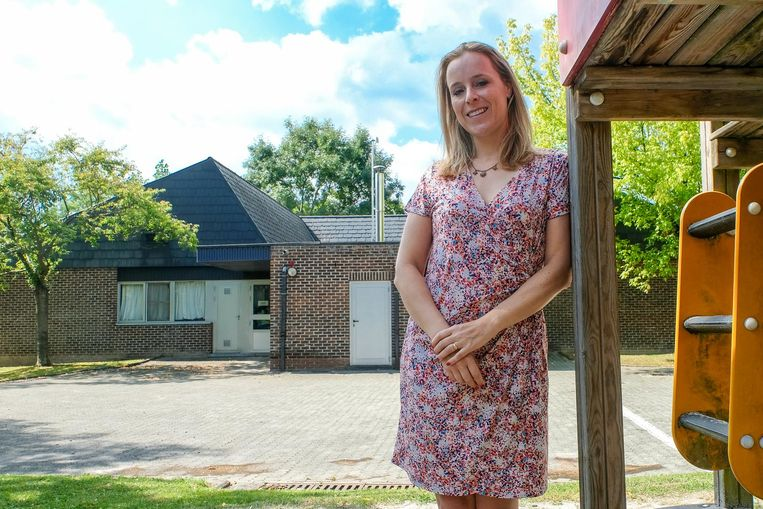 Schepen van Kinderopvang Eva De Bleeker bij de huidige crèche in de wijk Solheide.