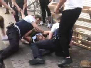 Violences contre des policiers: le suspect de l'arrestation reste en préventive pour un mois
