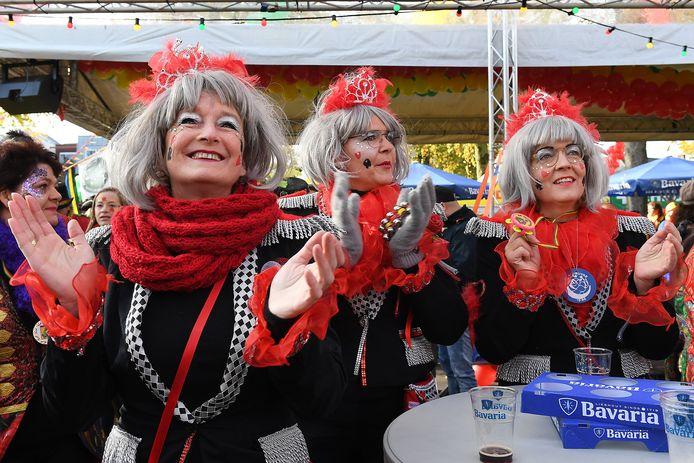 Mensen klapte mee met de carnavalsmuziek.