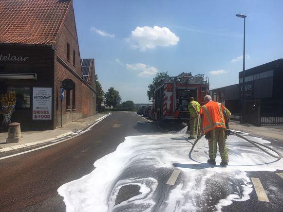 De brandweer zorgde met detergent voor reiniging van het wegdek