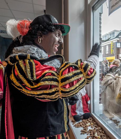 Sint en piet komen thuis in de Dorpsstraat