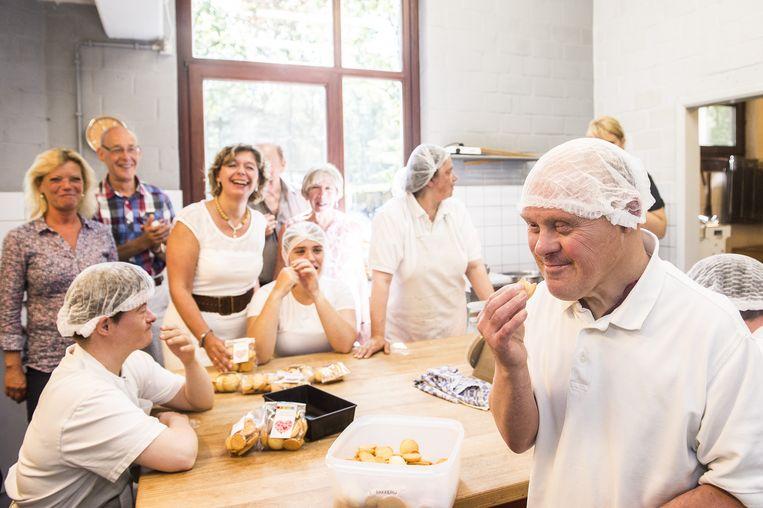 De 'bakkers' van Monnikenheide proeven hun zelfgemaakte koekjes.