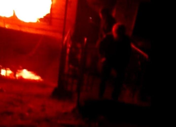 Het vuur was te heftig om nog dichtbij te kunnen komen. Foto: Video