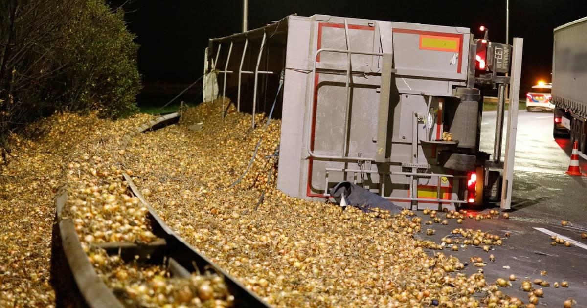 Vrachtwagen met uien gekanteld op A58, snelweg tot diep in de nacht afgesloten.