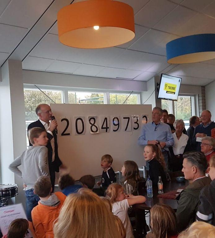 Burgemeester Onno van Veldhuizen maakt de voorlopige opbrengst bekend van de fundraisingactie voor een sport- en cultuurhal in Boekelo.