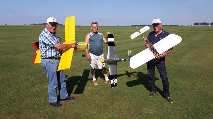 Berry Jansen, Jan Keijzers en Onno van de Post op het vliegveldje van Modelvliegtuigvereniging Den Bosch.