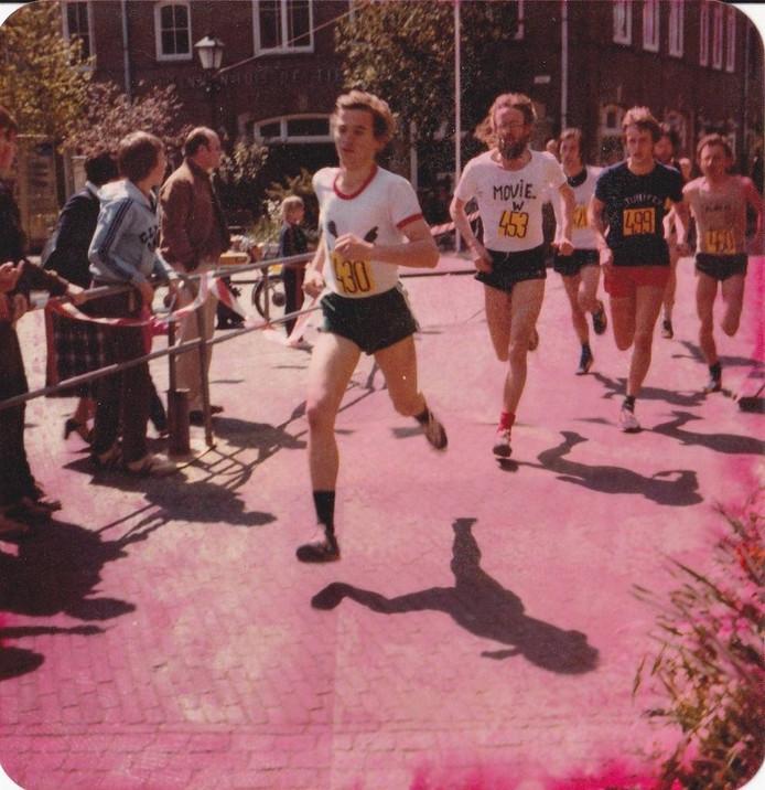 Doorkomst van de kopgroep van de Singelloop in 1980. Op kop Henk Flipsen, daarachter Henk Meiburg en in blauw shirt Arnold Winkel. Foto: Arnold Winkel/DG