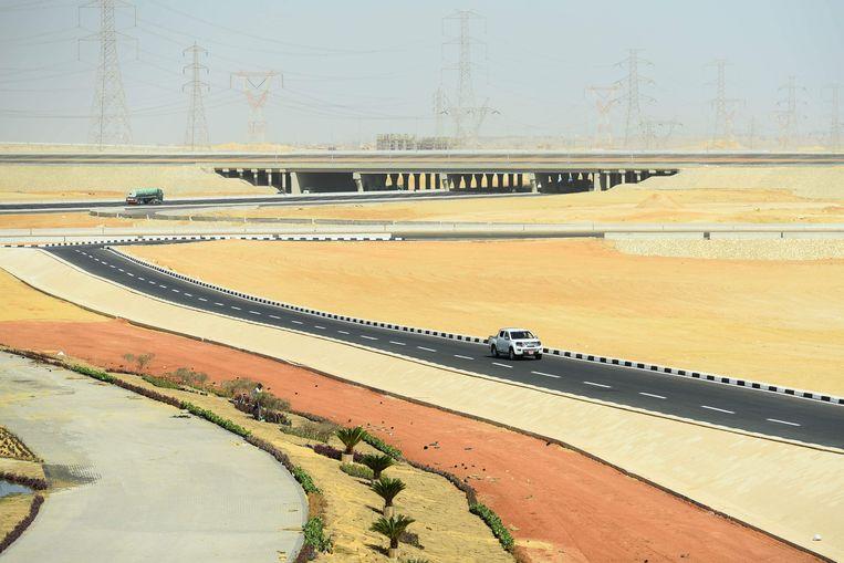 Een splinternieuwe snelweg moet Caïro met de nieuwe hoofdstad verbinden, 45 kilometer verderop.   Beeld Mohamed El-Shahed/AFP