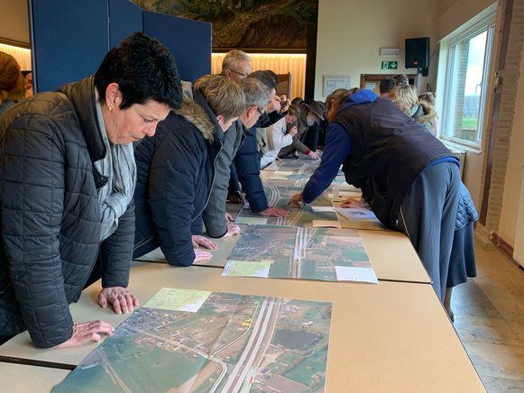 Heel wat geïnteresseerden kwamen een kijkje nemen naar de plannen voor de N49.