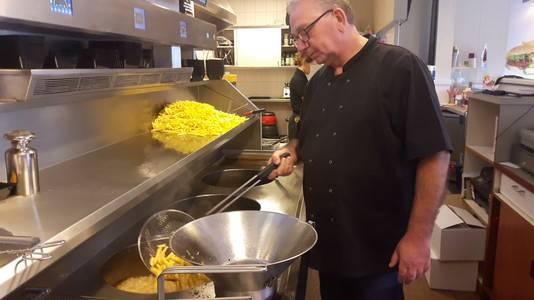 Eigenaar Frans Ots van cafetaria De Krab.