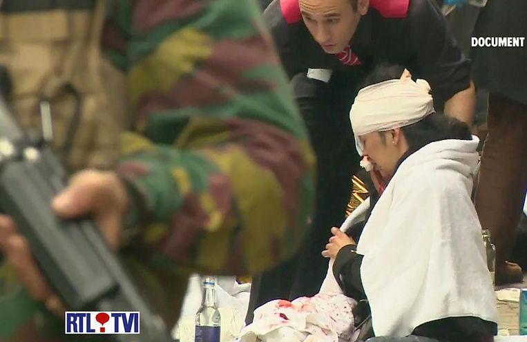 Een gewonde bij Maalbeek krijgt medische hulp. Beeld afp