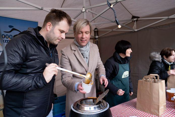 Niels Albert en Showbizz Bart verkopen verse soep ten voordele van Kom Op Tegen Kanker aan het Imeldaziekenhuis