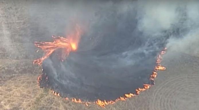 """Plusieurs feux ont fusionnés et ont provoqué l'apparition d'une """"tornade de feu""""."""