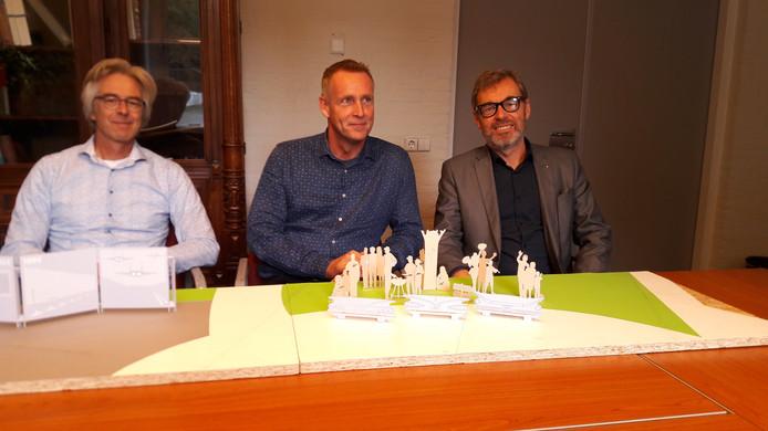 Van links naar rechts kunstenaar Chris Rodenburg en de comitéleden Cor Brinkers en Carel Bense bij een maquette van het monument.