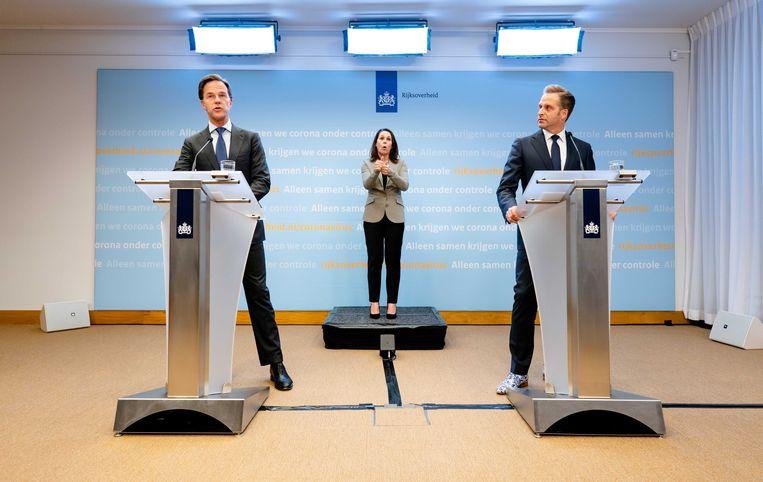 Premier Mark Rutte en Minister Hugo de Jonge van Volksgezondheid, Welzijn en Sport (CDA) tijdens een persconferentie op het ministerie van Veiligheid en Justitie Beeld null