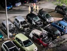 Vijf auto's en een camper door brand verwoest in Arnhem-Zuid, politie start onderzoek