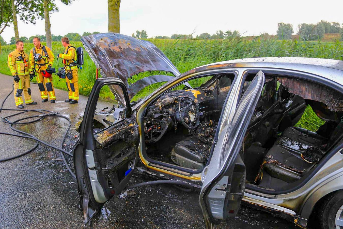Auto in brand op Veldbeemd in Helmond